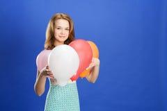 γυναίκα εκμετάλλευσης χρώματος μπαλονιών Στοκ Φωτογραφίες