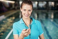 Γυναίκα εκπαιδευτών που κρατά ένα χρονόμετρο με διακόπτη Στοκ φωτογραφία με δικαίωμα ελεύθερης χρήσης