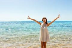 Γυναίκα ελευθερίας στην ελεύθερη ευδαιμονία ευτυχίας στην παραλία Χαμογελώντας ευτυχές κορίτσι στο άσπρο θερινό φόρεμα στις διακο στοκ φωτογραφίες