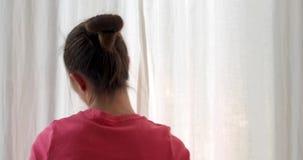 Γυναίκα ενάντια στις κλείνοντας κουρτίνες παραθύρων απόθεμα βίντεο