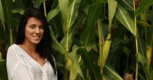 Γυναίκα ενάντια στον τομέα καλαμποκιού φιλμ μικρού μήκους