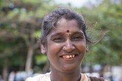 Γυναίκα επαιτών πορτρέτου σε μια οδό Σρι Λάνκα κλείστε επάνω Στοκ Φωτογραφία