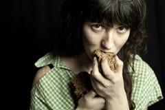 Γυναίκα επαιτών που τρώει το ψωμί Στοκ Εικόνες