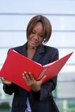 γυναίκα επιχειρησιακών γραμματοθηκών αφροαμερικάνων Στοκ Εικόνες