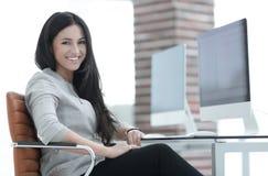 γυναίκα επιχειρησιακών σύγχρονη γραφείων Στοκ φωτογραφία με δικαίωμα ελεύθερης χρήσης
