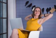 γυναίκα επιχειρησιακών lap-top Στοκ Εικόνες