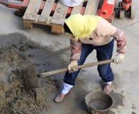 Γυναίκα εργαζόμενος που αναμιγνύει το τσιμέντο Στοκ εικόνα με δικαίωμα ελεύθερης χρήσης