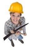 Γυναίκα εργαζόμενος που κρατά μια αξίνα Στοκ Εικόνες