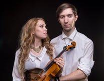 Γυναίκα ερωτευμένη με το βιολί Στοκ εικόνα με δικαίωμα ελεύθερης χρήσης