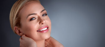 Γυναίκα ευτυχίας που απολαμβάνει στο δέρμα της στοκ φωτογραφία με δικαίωμα ελεύθερης χρήσης