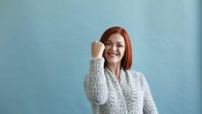 Γυναίκα ευτυχίας Χαρούμενη συγκίνηση φιλμ μικρού μήκους