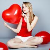 Γυναίκα ημέρας βαλεντίνων που κρατά την κόκκινη καρδιά Στοκ Εικόνες