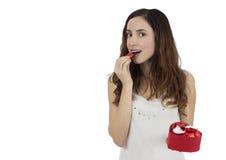 Γυναίκα ημέρας βαλεντίνων με ένα κιβώτιο της σοκολάτας Στοκ φωτογραφία με δικαίωμα ελεύθερης χρήσης
