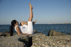 γυναίκα θάλασσας βράχων &iota Στοκ εικόνα με δικαίωμα ελεύθερης χρήσης