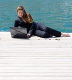 γυναίκα θάλασσας lap-top Στοκ φωτογραφία με δικαίωμα ελεύθερης χρήσης