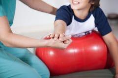 Γυναίκα θεραπόντων με το αγόρι στο rehab Στοκ φωτογραφία με δικαίωμα ελεύθερης χρήσης