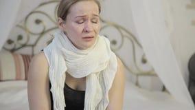 Γυναίκα θλίψης με τα καφετιά μάτια που φωνάζουν, απώλεια αγαπημένη φιλμ μικρού μήκους