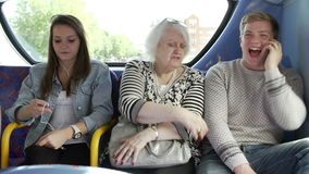 Γυναίκα διαταραγμένη από τους νέους επιβάτες στο ταξίδι λεωφορείων απόθεμα βίντεο