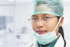 γυναίκα ιατρικός θέτοντα&si Στοκ Εικόνες