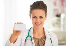 Γυναίκα ιατρών που παρουσιάζει επαγγελματική κάρτα Στοκ φωτογραφία με δικαίωμα ελεύθερης χρήσης