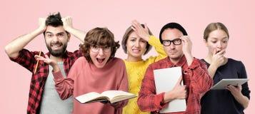 Γυναίκα, ικανοποιημένος σπουδαστής με τα γυαλιά που κρατά τα βιβλία κειμένων στοκ φωτογραφίες με δικαίωμα ελεύθερης χρήσης