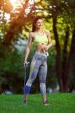 Γυναίκα ικανότητας με ένα πηδώντας σχοινί Στοκ φωτογραφία με δικαίωμα ελεύθερης χρήσης