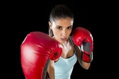 Γυναίκα ικανότητας με τα κόκκινα εγκιβωτίζοντας γάντια κοριτσιών που θέτουν στην προκλητική και ανταγωνιστική τοποθέτηση πάλης Στοκ Φωτογραφία