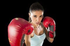 Γυναίκα ικανότητας με τα κόκκινα εγκιβωτίζοντας γάντια κοριτσιών που θέτουν στην προκλητική και ανταγωνιστική τοποθέτηση πάλης Στοκ Εικόνα