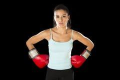 Γυναίκα ικανότητας με τα κόκκινα εγκιβωτίζοντας γάντια κοριτσιών που θέτουν στην προκλητική και ανταγωνιστική τοποθέτηση πάλης Στοκ Εικόνες