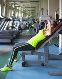 Γυναίκα ικανότητας με τα barbells στο υπόβαθρο γυμναστικής Στοκ φωτογραφίες με δικαίωμα ελεύθερης χρήσης