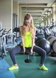 Γυναίκα ικανότητας με το barbell στο υπόβαθρο γυμναστικής Στοκ Εικόνες