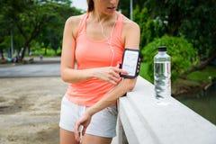 Γυναίκα ικανότητας με armband smartphone έτοιμο για το τρέξιμο Στοκ Εικόνες