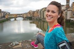 Γυναίκα ικανότητας μπροστά από το vecchio ponte στην Ιταλία Στοκ Εικόνες