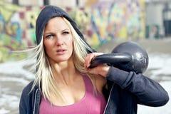Γυναίκα ικανότητας πορτρέτου με το βάρος στοκ εικόνα με δικαίωμα ελεύθερης χρήσης