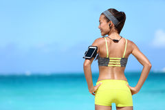 Γυναίκα ικανότητας που ακούει τη μουσική sportswear Στοκ φωτογραφία με δικαίωμα ελεύθερης χρήσης