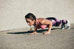 Γυναίκα ικανότητας που κάνει την άσκηση πυρήνων το πρωί στοκ εικόνα