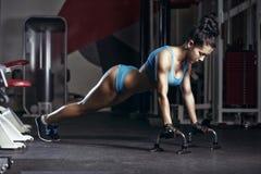 Γυναίκα ικανότητας που κάνει την ώθηση επάνω στη γυμναστική Στοκ Φωτογραφία