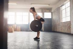 Γυναίκα ικανότητας που κάνει το βάρος που ανυψώνει στη λέσχη υγείας Στοκ φωτογραφίες με δικαίωμα ελεύθερης χρήσης