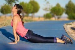 Γυναίκα ικανότητας που κάνει το ώθηση-UPS κατά τη διάρκεια του υπαίθριου σταυρού που εκπαιδεύει workout στοκ φωτογραφίες