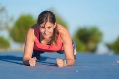 Γυναίκα ικανότητας που κάνει το ώθηση-UPS κατά τη διάρκεια του υπαίθριου σταυρού που εκπαιδεύει workout στοκ φωτογραφία με δικαίωμα ελεύθερης χρήσης