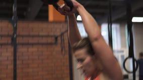 Γυναίκα ικανότητας που κάνει kettlebell την ταλάντευση workout στη γυμναστική απόθεμα βίντεο