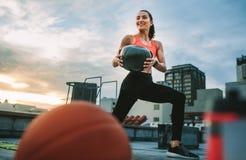 Γυναίκα ικανότητας που κάνει workout χρησιμοποιώντας μια σφαίρα ιατρικής στοκ φωτογραφίες
