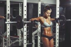 Γυναίκα ικανότητας που στηρίζεται στη γυμναστική Στοκ φωτογραφίες με δικαίωμα ελεύθερης χρήσης