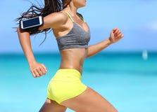 Γυναίκα ικανότητας που τρέχει γρήγορα φορώντας τηλεφωνικό armband Στοκ Φωτογραφία