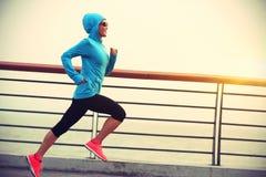Γυναίκα ικανότητας που τρέχει στην παραλία στοκ εικόνα με δικαίωμα ελεύθερης χρήσης