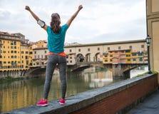 Γυναίκα ικανότητας που χαίρεται μπροστά από το vecchio ponte για τη Φλωρεντία, ι Στοκ Φωτογραφία