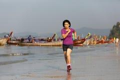 Γυναίκα ικανότητας στην παραλία AO nang, Krabi, Ταϊλάνδη Στοκ Εικόνες