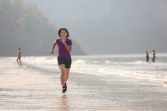 Γυναίκα ικανότητας στην παραλία AO nang, Krabi Στοκ Εικόνα