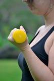 Γυναίκα ικανότητας στο πάρκο Στοκ εικόνα με δικαίωμα ελεύθερης χρήσης