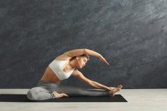 Γυναίκα ικανότητας στο τέντωμα να εκπαιδεύσει στο εσωτερικό στοκ εικόνα